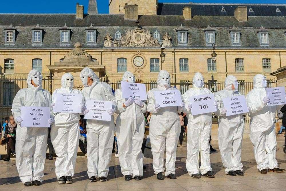 Dijon hôtel de ville marche blanche des soignants contre le pass sanitaire